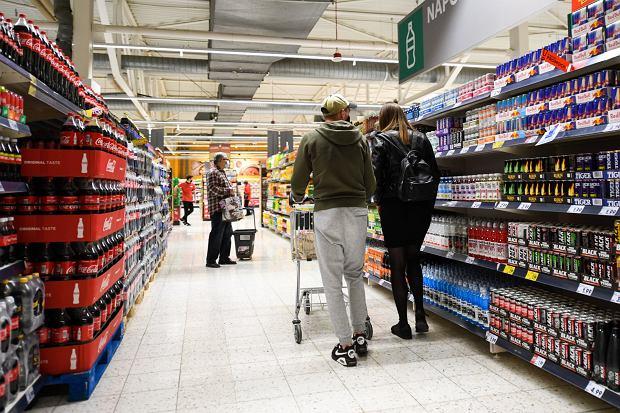 Żeby zaoszczędzić trochę pieniędzy, wystarczy bardziej świadomie robić zakupy lub odkładać resztę (fot: Tomasz Pietrzyk/ Agencja Gazeta)