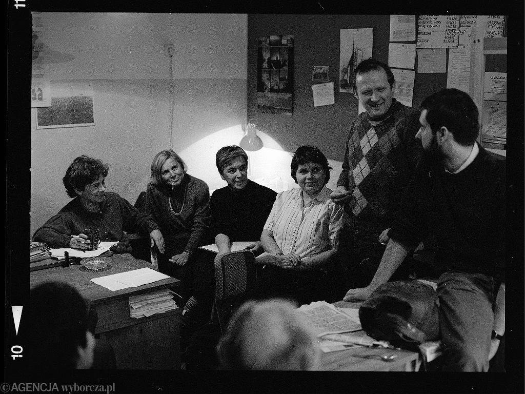 W redakcji - numer układają Helena Łuczywo, Danuta Zagrodzka, Teresa Bogucka, Anna Bikont, Adam Michnik i Stanisław Turnau. Jest 1989 rok