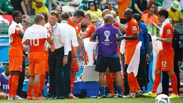 Mecz Holandii z Meksykiem w Fortalezie odbywał się morderczych warunkach. Temperatura powietrza wynosiła prawie 30 stopni Celsjusza, przy bardzo dużej wilgotności. Sędzia w trakcie spotkania zarządził przerwę na uzupełnienie płynów.