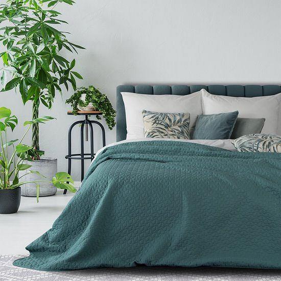 Zielona narzuta w sypialni