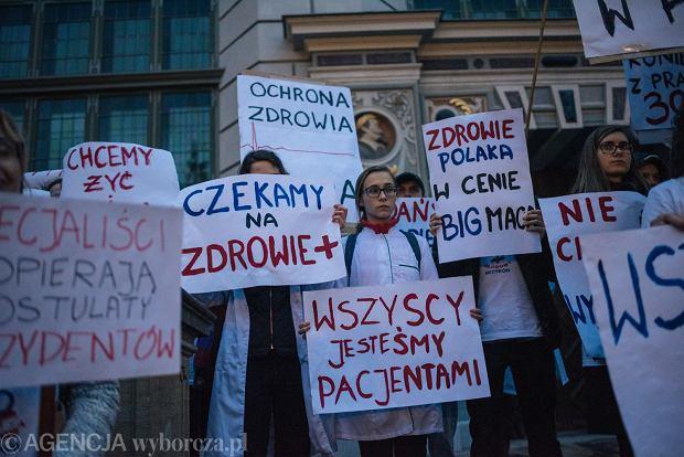 Marsz dla protestujących lekarzy rezydentów w Gdańsku (fot. Bartosz Bańka/AG)