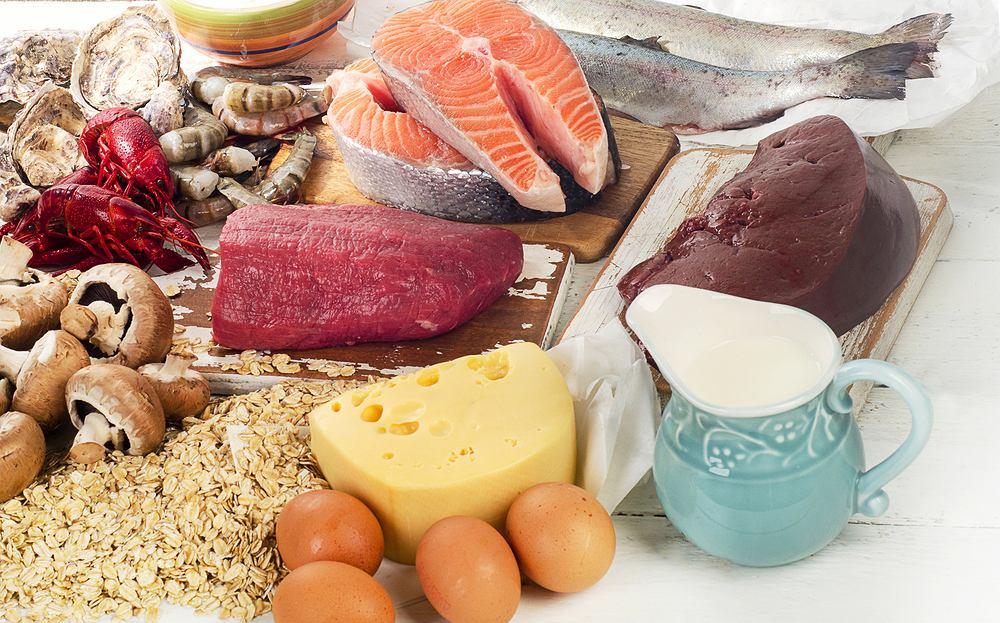 Witamina B12 stanowi prekursor koenzymów i rozpuszcza się w wodzie, w przeciwieństwie do witamin A, D, E oraz K rozpuszczalnych w tłuszczach. Jej główną, najistotniejszą rolą jest regulacja produkcji czerwonych krwinek.