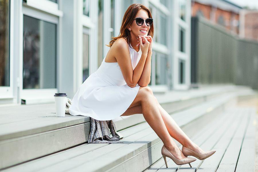 biała sukienka trapezowa