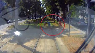 Rodzina wtargnęła pod koła tramwaju. Wszyscy byli wpatrzeni w smartfony