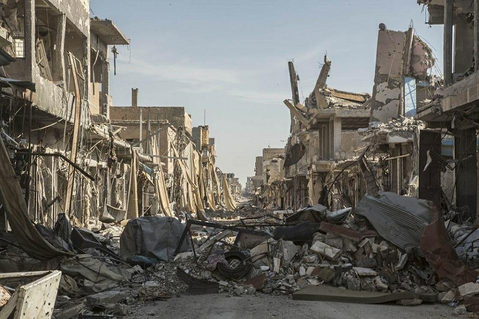 Rakka w liczbach: 3250 ofiar, w tym 1130 cywilnych, tysiące rannych, 436 tys. opuściło swoje domy, 80-90 proc. uszkodzonych lub zniszczonych budynków i 4450 zrzuconych pocisków z powietrza - to skutki walk o 'stolicę' samozwańczego kalifatu. Rakka leży w północnej Syrii, 360 km na północny wschód od stołecznego Damaszku