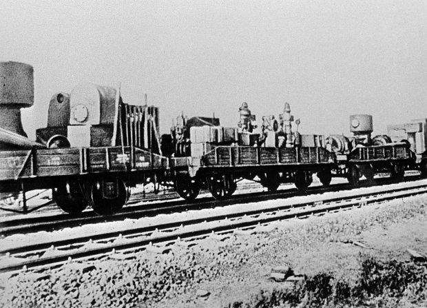Przewożone w otwartych wagonach maszyny i urządzenia częściowo uległy uszkodzeniu jeszcze przed dotarciem do celu. Oddziały trofiejne przejmowały lokomotywy, wagony, a nawet tory. Z Katowic Sowieci wywieźli warsztaty kolejowe z całym wyposażeniem. Zdemontowali też i wywieźli do Karagandy zelektryfikowaną linię Wrocław - Zgorzelec (393 km, jedna z pierwszych zelektryfikowanych linii w Europie) wraz z szynami, siecią trakcyjną, lokomotywami elektrycznymi, wagonami silnikowymi i warsztatami naprawczymi. Linia została częściowo odtworzona dopiero w latach 60.