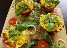 Żółto zielone babeczki z makaronu i szyneczki - ugotuj