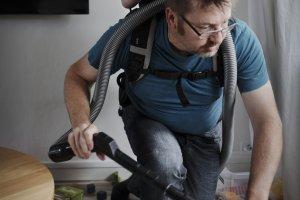 """Ojciec, który wybrał """"siedzenie"""" w domu: Opieka nad dzieckiem to praca na pełen etat [ZDJĘCIA]"""