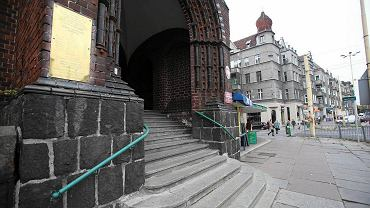 Wejście do SP 1 w Szczecinie, gdzie pracuje cytowana w 'Wiadomościach' nauczycielka