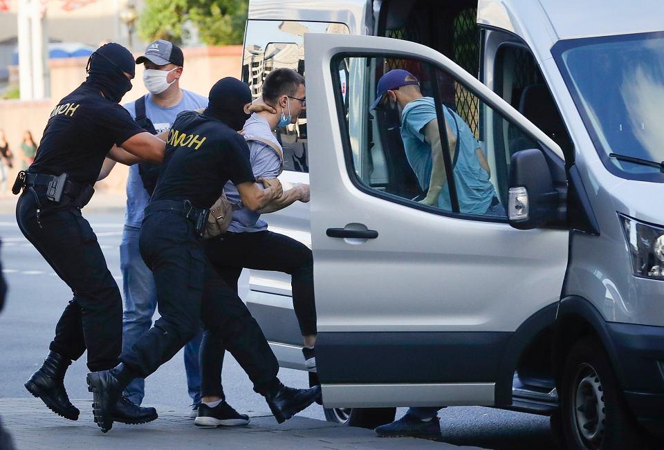 Mińsk, 8 sierpnia - funkcjonariusze OMON-u zatrzymują potencjalnego opozycjonistę.
