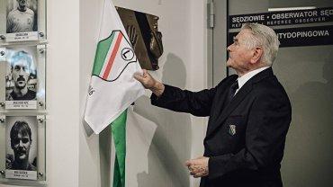 Lucjan Brychczy na uroczystości odsłonięcia pamiątkowej tablicy