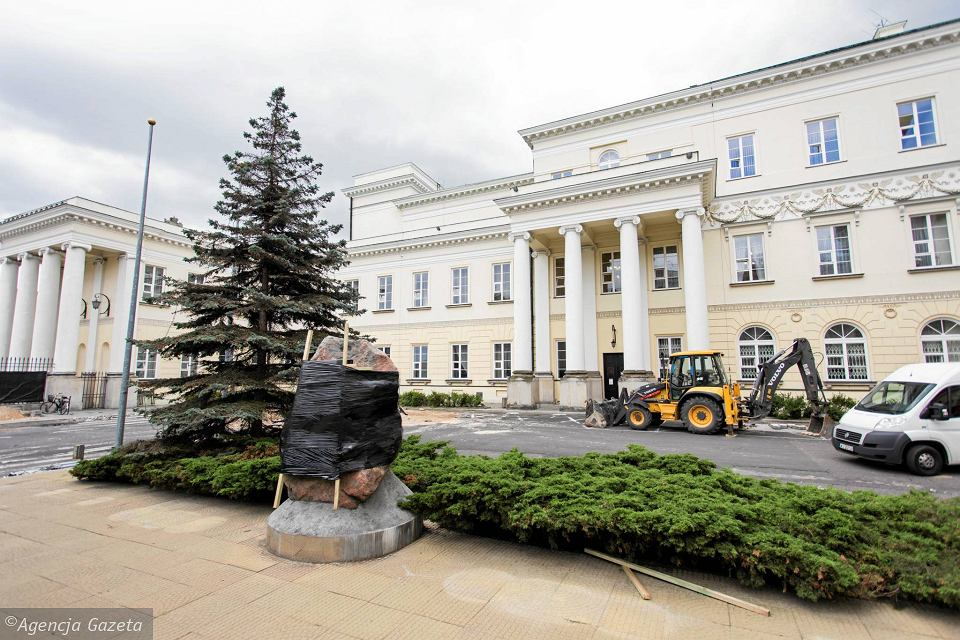 Zdjęcie numer 3 w galerii - Przebudowa dziedzińca przed ratuszem. Pomnik Lecha Kaczyńskiego chowany przed konserwatorem?