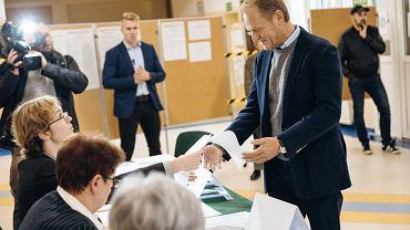 Donald Tusk podczas głosowania w wyborach parlamentarnych 2019