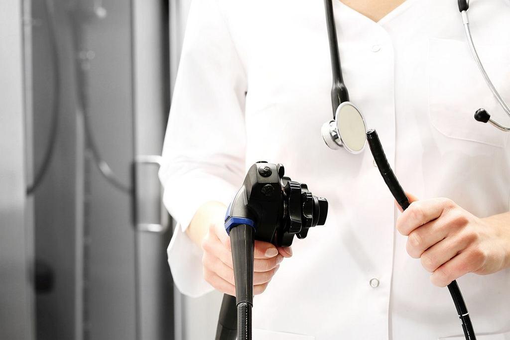 Kolonoskopia jest badaniem, które nieraz budzi skrajne emocje. W rzeczywistości personel medyczny dba o komfort pacjenta i możliwe jest znieczulenie