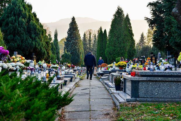 Zdjęcie numer 6 w galerii - 1 listopada w Bielsku-Białej. Kwiaty, wieńce i znicze na grobach [ZDJĘCIA]