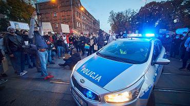 26.10.2020. Strajk kobiet w Łodzi przeciw wyrokowi Trybunału Konstytucyjnego ws. aborcji. Jak każdego dnia w czasie ostatnich protestów, odbywał się w asyście policji