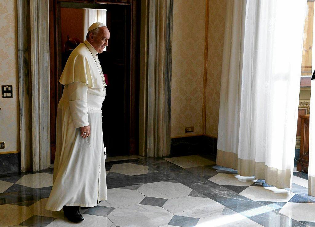 Papież Franciszek kupił imigrantom z Lampedusy karty telefoniczne