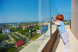 Zabezpieczenia przed dziećmi - w co warto zainwestować, by zapewnić dziecku bezpieczeństwo?