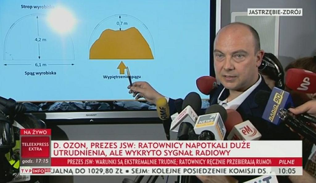 Prezes spółki Daniel Ozon pokazuje na grafice w jak trudnych warunkach pracują ratownicy w kopalni 'Zofiówka'
