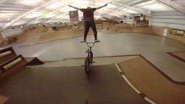 niesamowity trik na rowerze