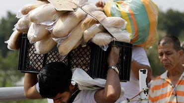 4 lutego 2019 r., La Parada na przedmieściach kolumbijskiej Cucuty: Wenezuelczyk wraca do kraju ze stosem chleba