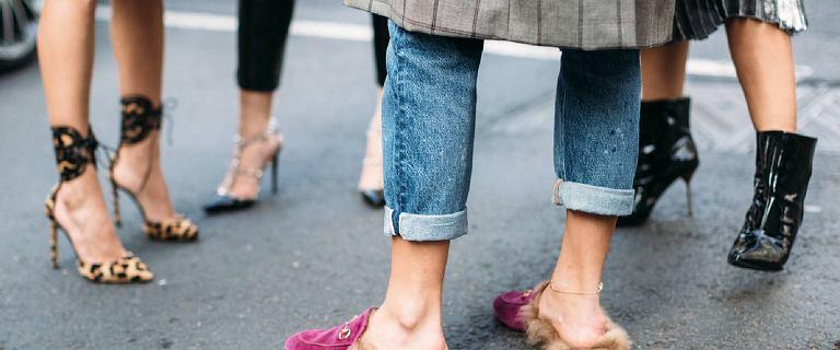 Te jeansy pieknie podkreślają talię i optycznie wydłużają sylwetkę. Top 12 modeli, które kupisz w polskiej sieciówce