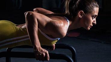 Pompki na poręczach to bardzo efektywne, ale jednocześnie ciężkie ćwiczenie.