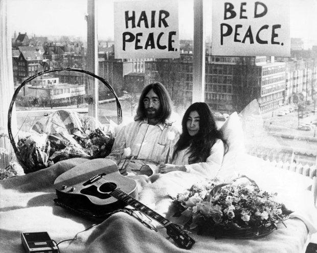 25 marca 1969 r. John Lennon i Yoko Ono, pięć dni po ślubie, w łóżku w apartamencie hotelu Hilton w Amsterdamie. Był to ich pierwszy happening z cyklu Bed-in for Peace (pokładziny dla pokoju) i do 31 marca przebywali głównie w łóżku, udzielając wywiadów na temat tego, jak ważny jest światowy pokój. Prasa przybyła na ich zaproszenie tłumnie, w nadziei, że będą publicznie uprawiać seks.