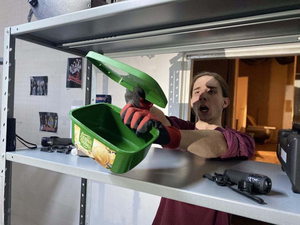 Maciej Cempura swój projekt 'Garaż' zrealizował w ramach stypendium Prezydenta Białegostoku dla młodych twórców. To jednoosobowy pokaz 'work in progres', teatr formy, a w pewnym sensie i koncert z muzyką na żywo. W dłoniach aktora ożyją najróżniejsze przedmioty codziennego użytku, towarzyszyć mu będą też rozmaite lalki