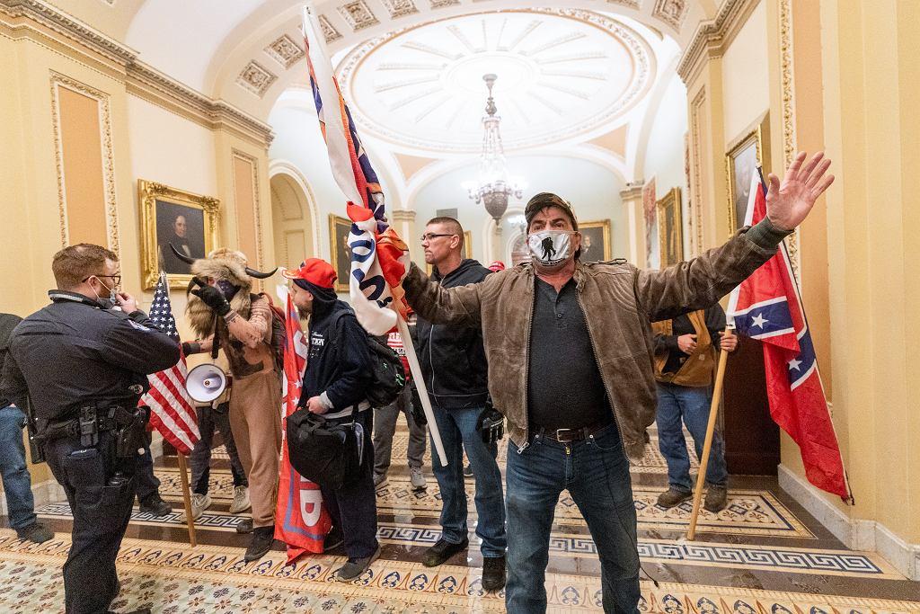 Zamieszki w Waszyngtonie. Trumpiści wdarli się na Kapitol, gdy Senat zatwierdzał wyniki wyborów. Trump wciąż nie uznał swojej porażki, jego zwolennicy wierzą w rzekome oszustwa wyborcze. Waszyngton, 6 stycznia 2021
