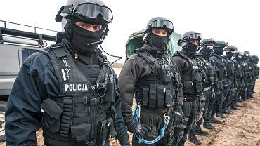 Kwiecień 2014 r. Policyjni antyterroryści z Poznania podczas ćwiczeń na poligonie w Biedrusku