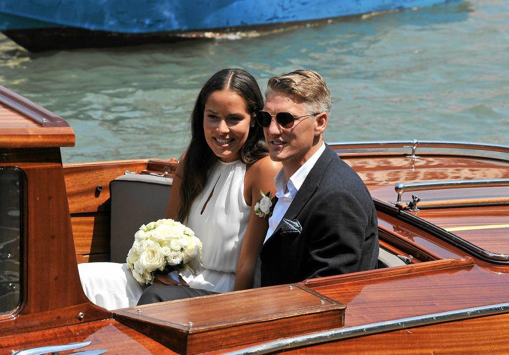 Po części oficjalnej, Ivanović i Schweinsteiger odpłynęli łodzią w kierunku miejsca, gdzie miało się odbyć wesele. Ślub wzięli w tej samej kaplicy, w której dwa lata wcześniej pobrali się George i Amal Clooneyowie