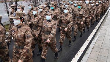 Członkowie wojskowego zespołu medycznego zmierzają do szpitala w Wuhan, 26 stycznia 2020.