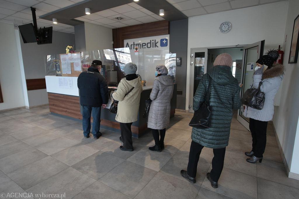 Kolejka seniorów czekających na rejestracji na szczepienie na koronawirusa w Kielcach