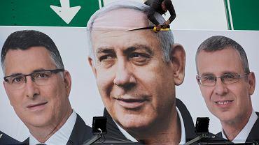 Plakat wyborczy Likudu z premierem Netanjahu (w środku)