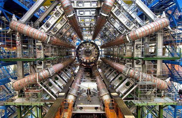 Duma europejskiej nauki: Wielki Zderzacz Hadronów w CERN pod Genewą. Ta olbrzymia instalacja (prawie 30 km podziemnego tunelu) ma na celu badanie własciwości cząstek elementarnych