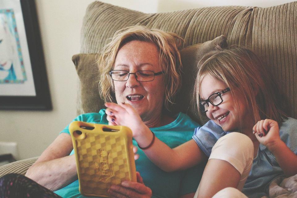 Dziecko przez trzy godziny rozmawia na Skypie z babcią, w tym czasie bawi się i śmieje, a inne dziecko z technologii korzysta tylko pół godziny dziennie, ale za to na stronach, na które nie powinno wchodzić w ogóle