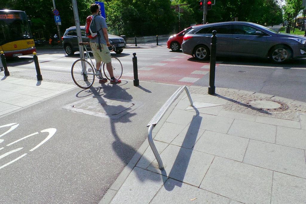 Podpórki dla rowerzystów są już m.in. w Al. Ujazdowskich