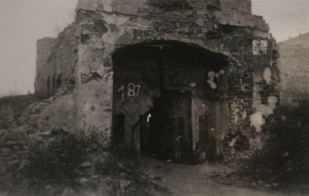 Zdjęcie, na którym widać ruiny domu przy ul. Czerniakowskiej 187, w którym mieszkał pan Tadeusz
