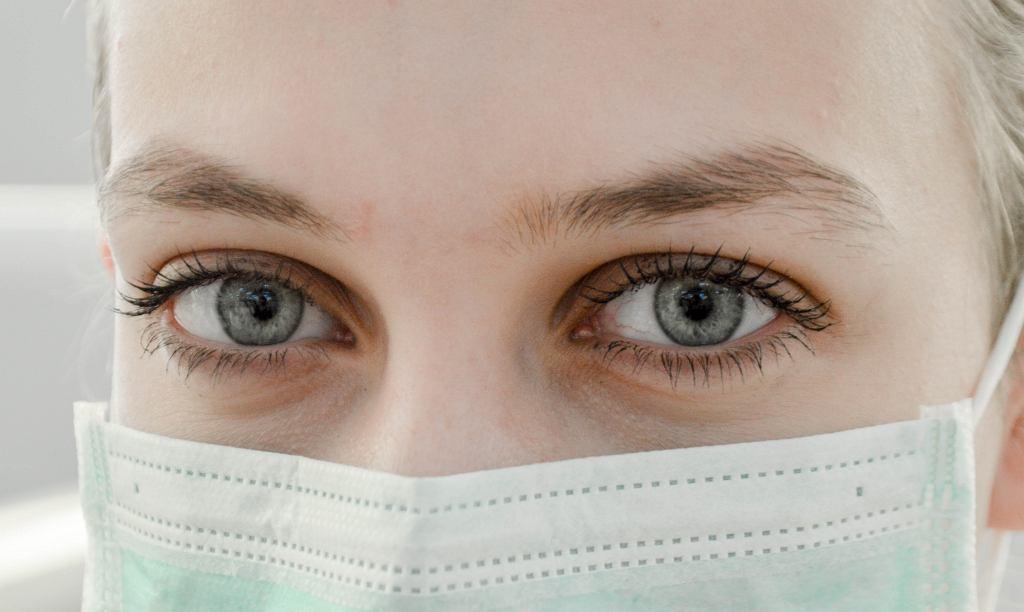 Maseczkę (zrobioną samemu lub gotową) powinna zakładać osoba, która jest chora lub zarażona, by nie przenosić wirusów dalej