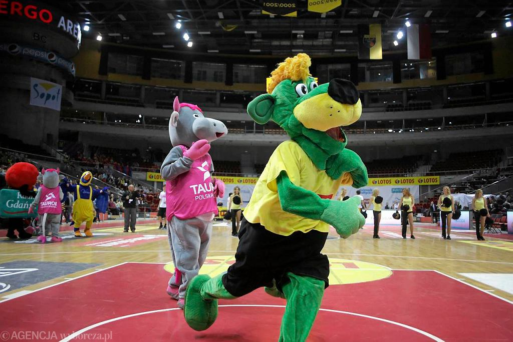 Mecz maskotek podczas meczu koszykówki Trefl Sopot - Energa Czarni Słupsk
