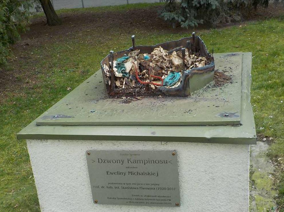 Rzeźba 'Dzwony Kampinosu' zdewastowana