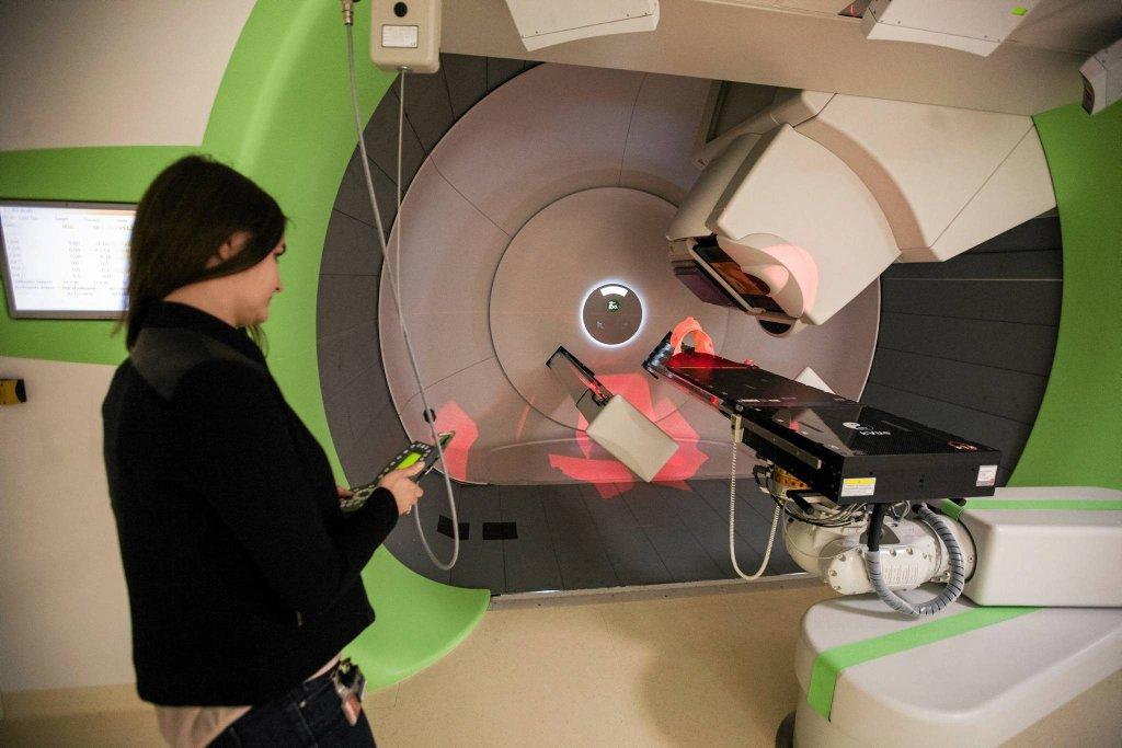 Terapię protonową (zniszczenie komórek rakowych wiązką protonów) minister zdrowia chce wpisać do koszyka świadczeń gwarantowanych. Ma kosztować 150 tys. zł. Na zdjęciu: stanowisko Gantry w Instytucie Fizyki Jądrowej Polskiej Akademii Nauk (Centrum Cyklotronowe 'Bronowice' w Krakowie)