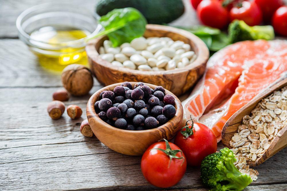 Dieta cukrzycowa jest niezbędnym elementem leczenia wszystkich typów cukrzycy - główne cele diety i zalecenia żywieniowe są takie same.