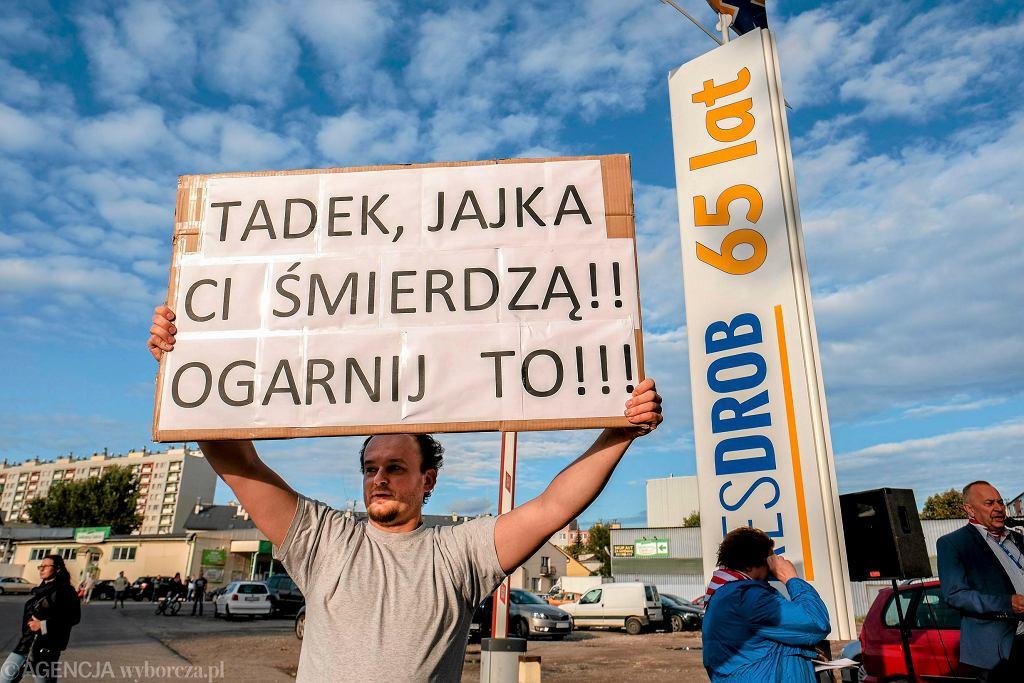 Rzeszów. ul. Konopnickiej, mieszkańcy osiedla 1000-lecia protestują przeciwko odorowi z firmy Res-Drób. 'A przecież mogliby po prostu zarobić trochę grosza i stamtąd wyjechać' - powiedzieliby wolnorynkowi fundamentaliści