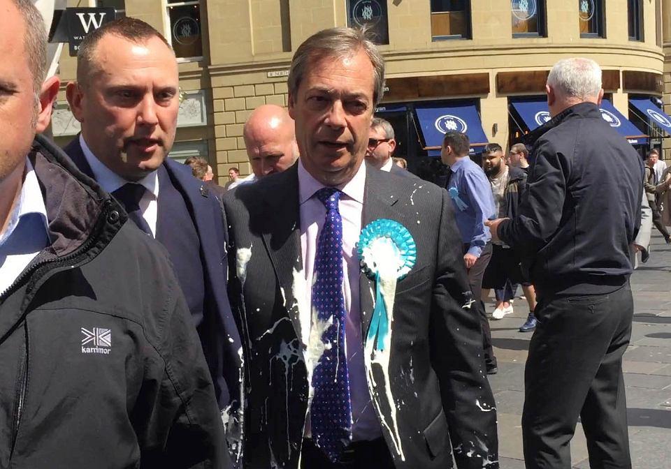 Mleczny wyrok czekał na przywódce Partii Brexit NIgela Farage'a w Newcastle, gdzie w poniedziałek 20 maja 32-letni Paul Crowther trafił go drogim, bo kosztującym ponad 5 funtów (ok. 25 zł) koktajlem o smaku bananów i słonego karmelu z sieci Five Guys.