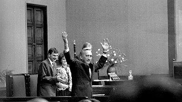 12 września 1989 r. Sejm zatwierdza rząd Tadeusza Mazowieckiego. W exposé premier powiedział m.in.: 'Rząd, który utworzę, nie ponosi odpowiedzialności za hipotekę, którą dziedziczy. Ma jednak ona wpływ na okoliczności, w których przychodzi nam działać. Przeszłość odkreślamy grubą linią. Odpowiadać będziemy jedynie za to, co uczyniliśmy, by wydobyć Polskę z obecnego stanu załamania'. (Określenie 'gruba linia' - w innej wersji 'gruba kreska' - będzie często błędnie interpretowane jako niechęć nowego premiera do rozliczania PRL-u).