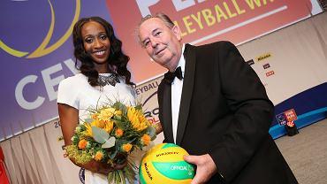 Norisha Campbell i Andre Mayer (prezydent CEV) prezentują nową piłkę