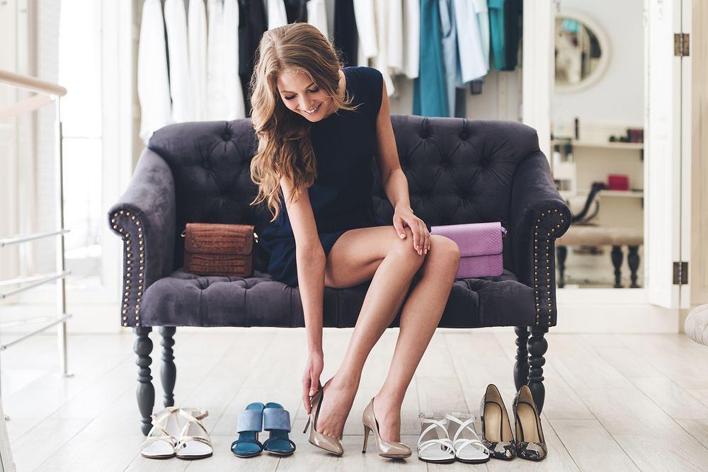 Jak rozciągnąć buty? Sprytne sposoby na to, by obuwie stało się wygodniejsze. Zdjęcie ilustracyjne