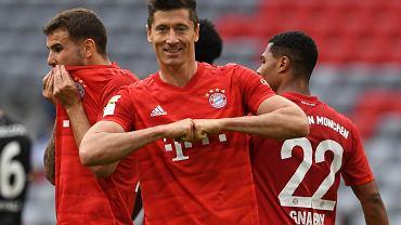 Robert Lewandowski świętuje strzelenie Fortunie Dusseldorf gola na 3:0